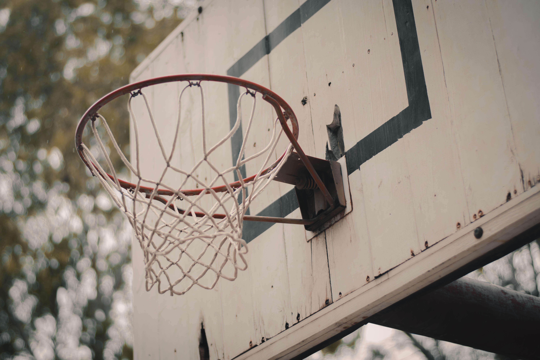 איך בוחרים מתקן כדורסל לחצר?